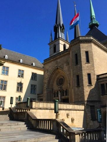 5-Milli kütüphane ve Notre-Dame Katedrali